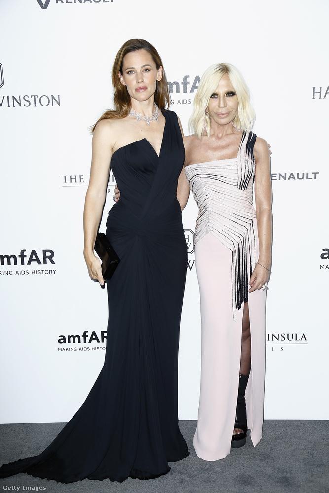 Előfordult, hogy csak 5 percre volt ideje, de Donatella Versace mindennap tornázott az elmúlt 18 évben.