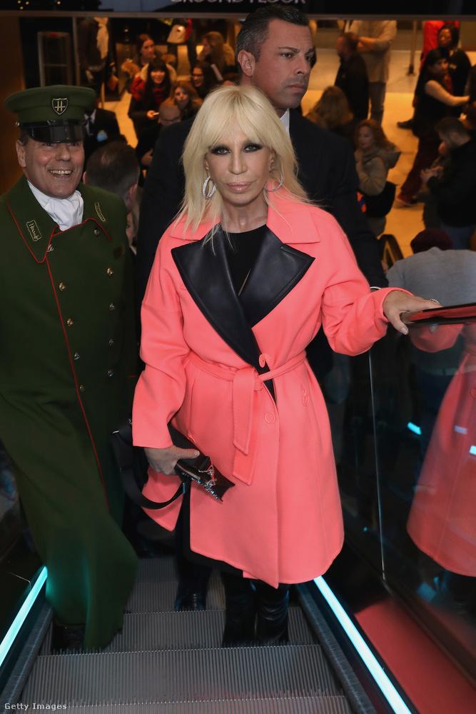 Donatella Versace már 2016-ban hordta az újra divatba jött viharkabátot.