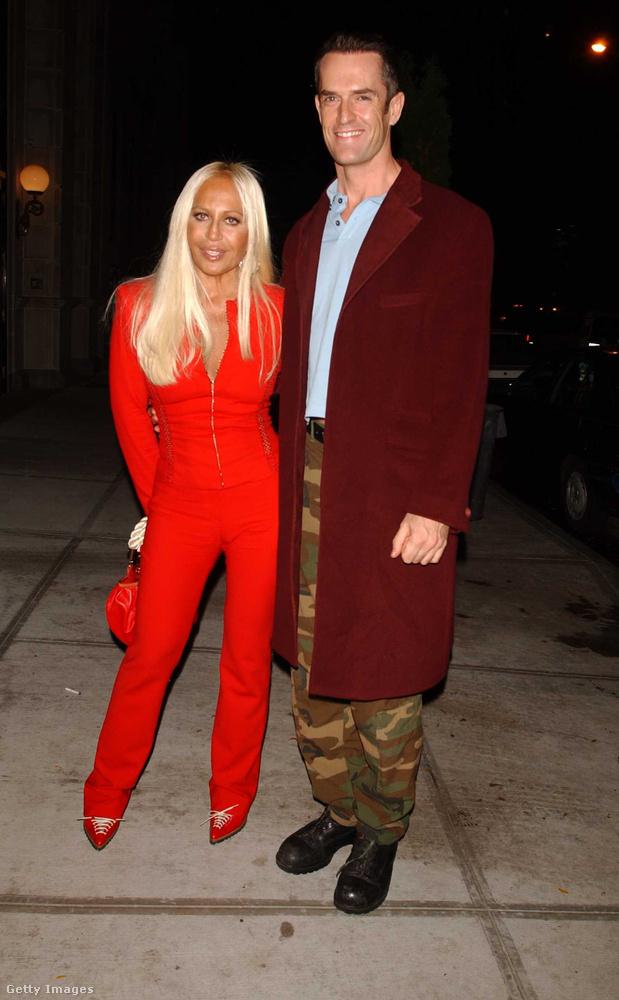 Donatella Versace szerint minden nő gardróbjában kell lennie egy harisnyának és egy fekete nadrágnak.