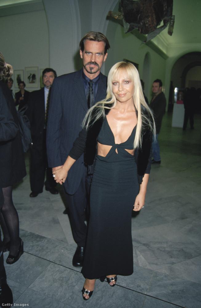 Donatella Versace és akkori férje, Paul Back 1997-ben.