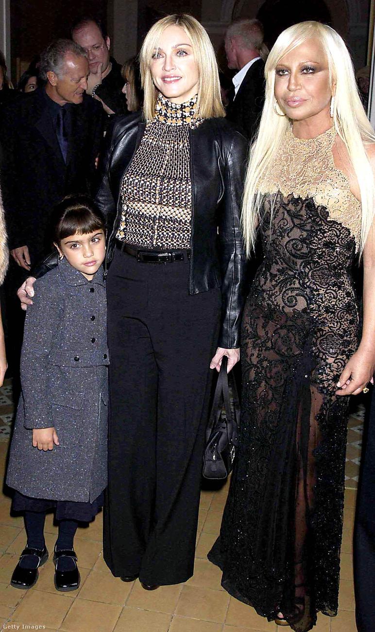 Ez egy érdekes fotó, nem is annyira Madonna és Donatella miatt, hanem mert az énekesnő idén 22 éves lánya a képen még csak 3-4 éves lehet.