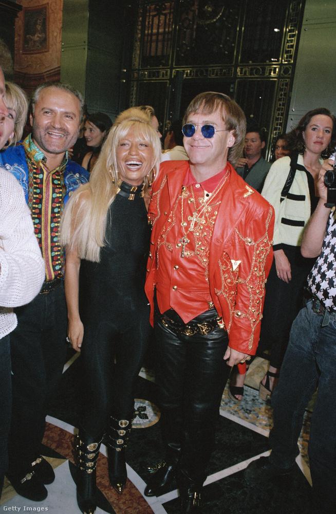 Gianni és Donatella Versace Elton John társaságában 1992-ben