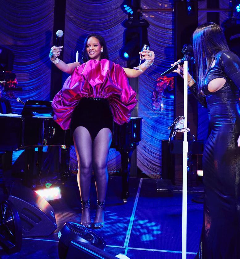 És a végre egy fotót csak találtunk Rihanna ruhájáról is