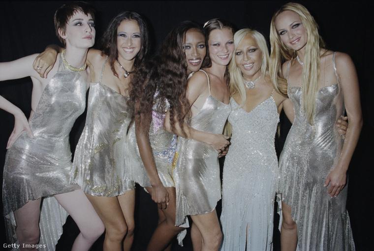Donatella Versace és a 90-es évek legismertebb szupermodelljei, mint például Naomi Campbell, Kate Moss vagy Amber Valetta 1999-ben Londonban.