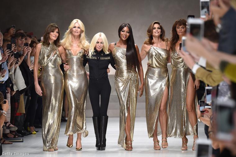 Donatella Versace és a 90-es évek szupermodelljei a tavalyi shown, ami Gianni Versace-nek állított emléket.