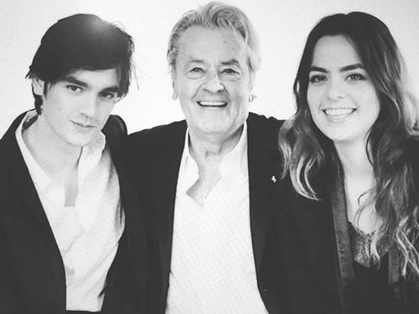 Alain Delon büszkén pózol fia és lánya között - látszik, mennyire imádja őket.