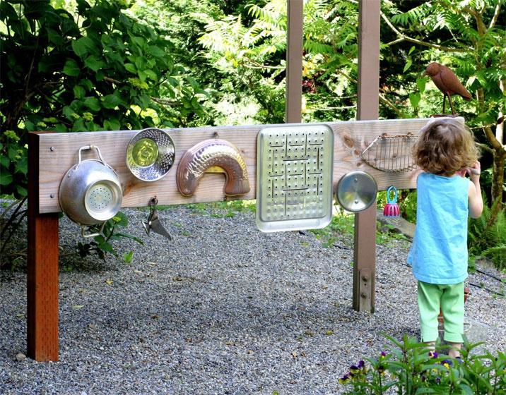 A régi, leselejtezett háztartási eszközök a gyerek számára a legizgalmasabb tárgyak közé sorolhatók. Ha jó nagy a kert, és távol esnek a szomszédok, remek hangszer válhat belőlük egy deszkára rögzítve. Fakanállal, régi habverővel különböző hangokat kelthetnek.