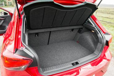 Normális esetben két szintbe tehető a padlólap, de ebben a konkrét autóban a gáztartály miatt csak a felső helyzet létezik. 2019-től lesz hibrid változat is