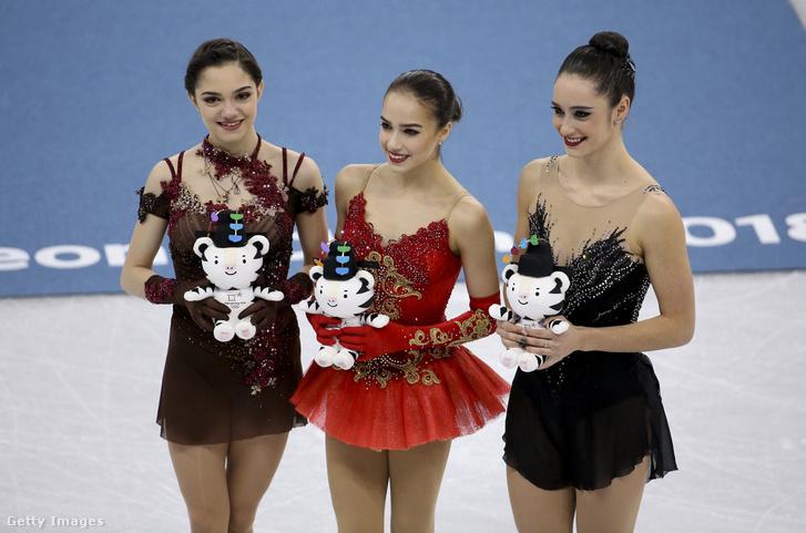 Balra az ezüstérmes Jevgenyija Medvegyeva, középen az aranyérmes Alina Zagitova, jobbra a bronzérmes Kaetlyn Osmond