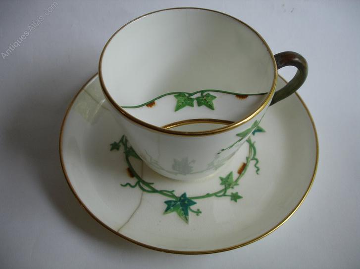 Egy ritka, az angol Mintons porcelángyárból származó bajuszbögre 1878-as dátummal. A mintát 1868-ban jegyezték be.
