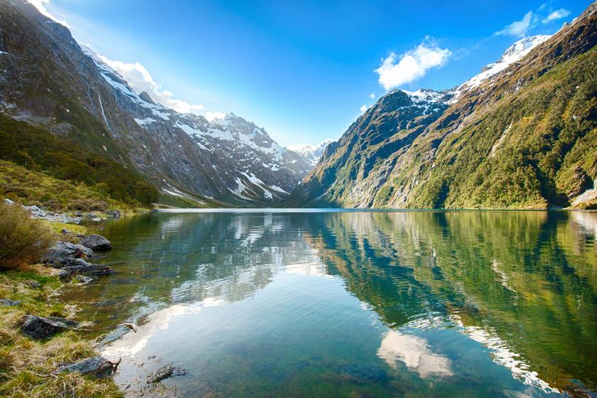 Milford Soundot Új-Zéland nyolcadik csodájának nevezik: a természet érintetlen szeglete, ahol nincsenek települések, és a turisták is csupán egy kirándulás erejéig csodálhatják meg. A természet megóvása érdekében az öblöt csak hajóval vagy repülővel közelíthetik meg.