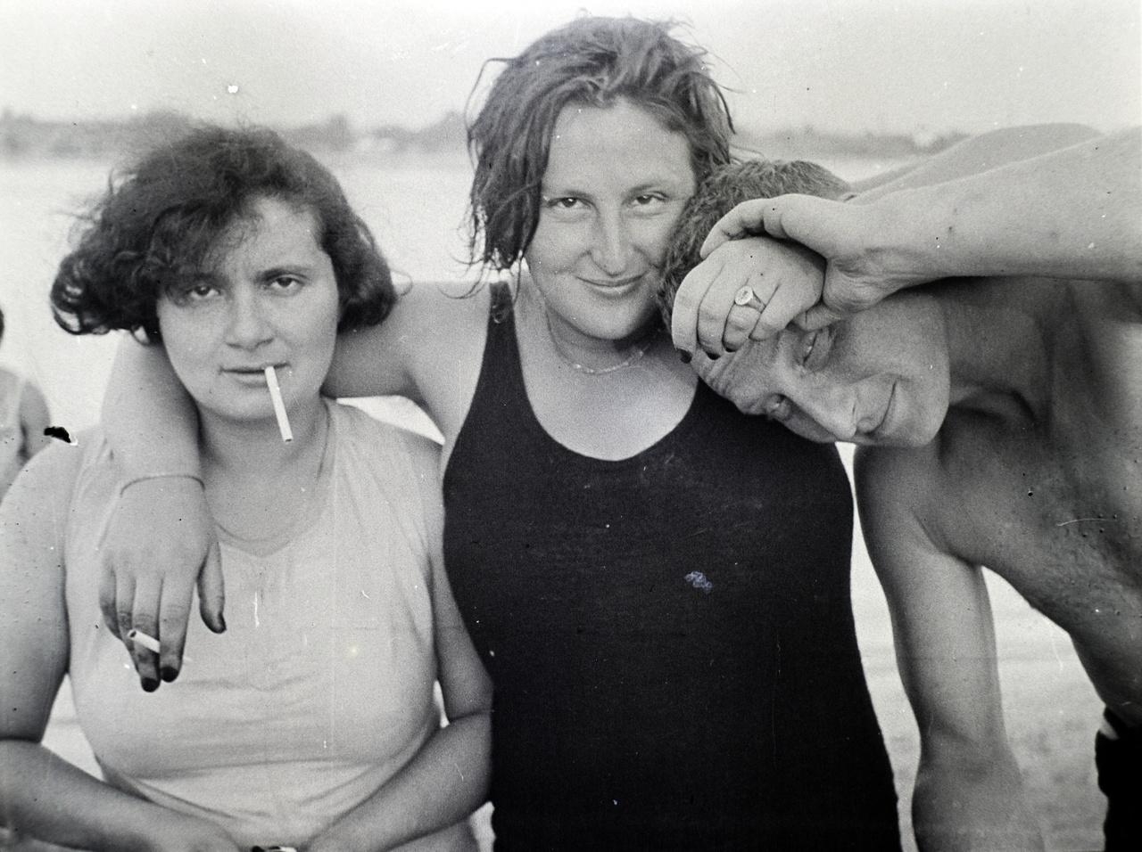 Kurtz Aguszta, Reismann Marian és Ferenc valahol a Dunaparton. Reismann Marian ekkor már megnyitotta első fotóműtermét és ő fotózta a Feuer-Kurtz tervezőpáros munkáit is.