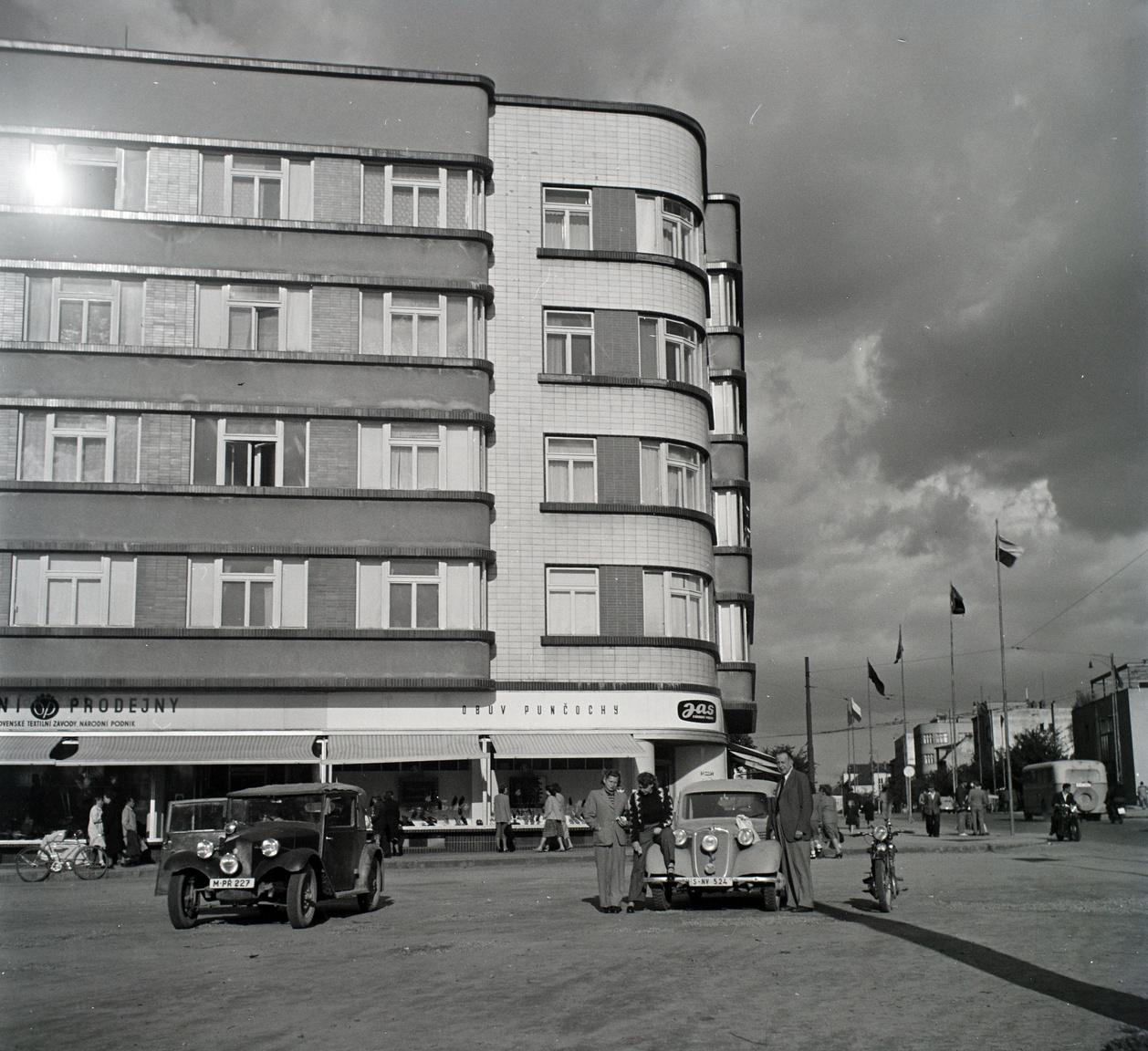 Feuer Helga szerint apja 1949-es csehszlovákiai családlátogatásán készült fotó, rajta egy kuzinnal és egy Tátrával.