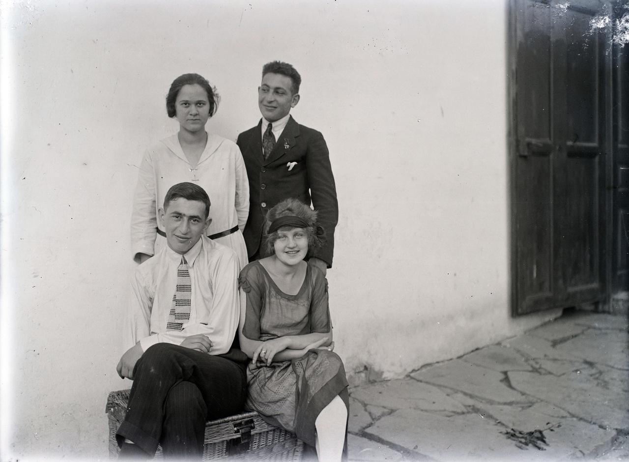 Húszas évek, talán Feuer Felvidékről származó unokatestvérei vannak a fotón.