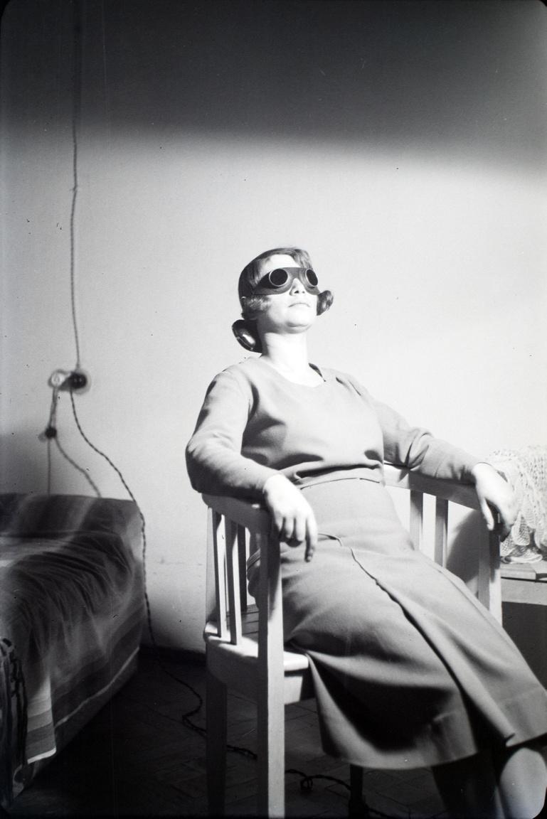 Kvarcoló nő, harmincas évek. A különös képre van magyarázat: a baráti társaság egyik tagja kozmetikus volt.