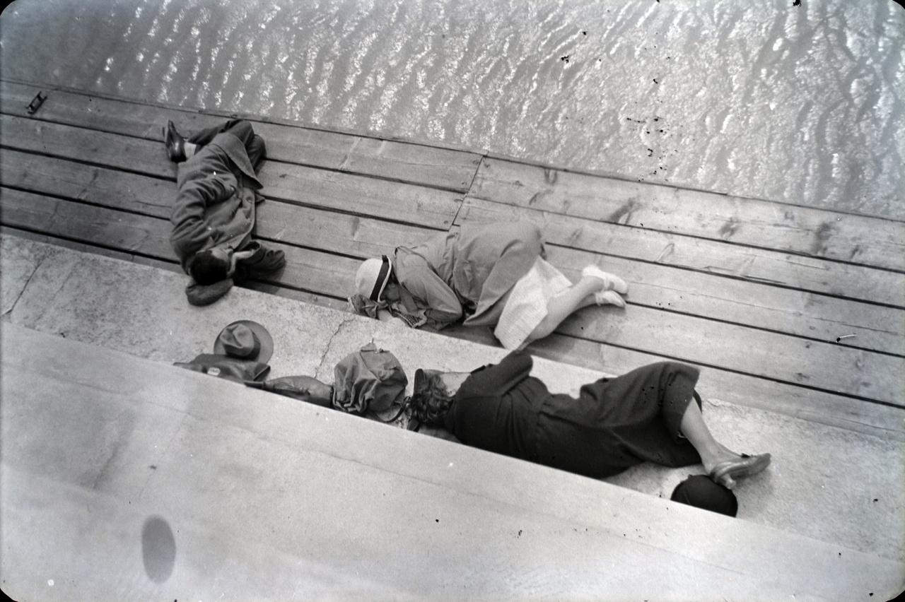 Dunaparti térhasználat a barátokkal egy szokásos szombat-vasárnapi kiránduláson.