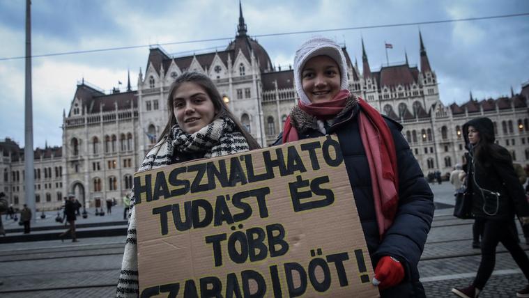 Orbán Viktor nem válaszolt, a parlamenthez vonulnak a diákok