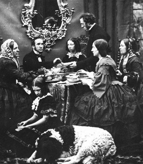 A család körbeüli az asztalt egy délutáni teázáshoz, még a kutyát is lefektetik. Mellette foglal helyet azélettelenfiatal lány, aki olyan, mintha csak lesütné a szemét.