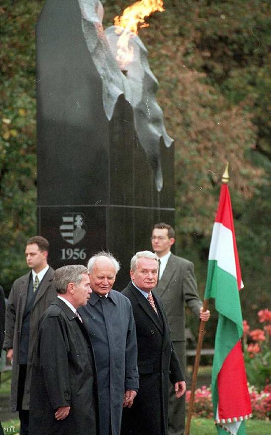 1996. október 23. - a forradalom 40. évfordulóján Lugosi Mária szobrát avatják fel a Kossuth téren