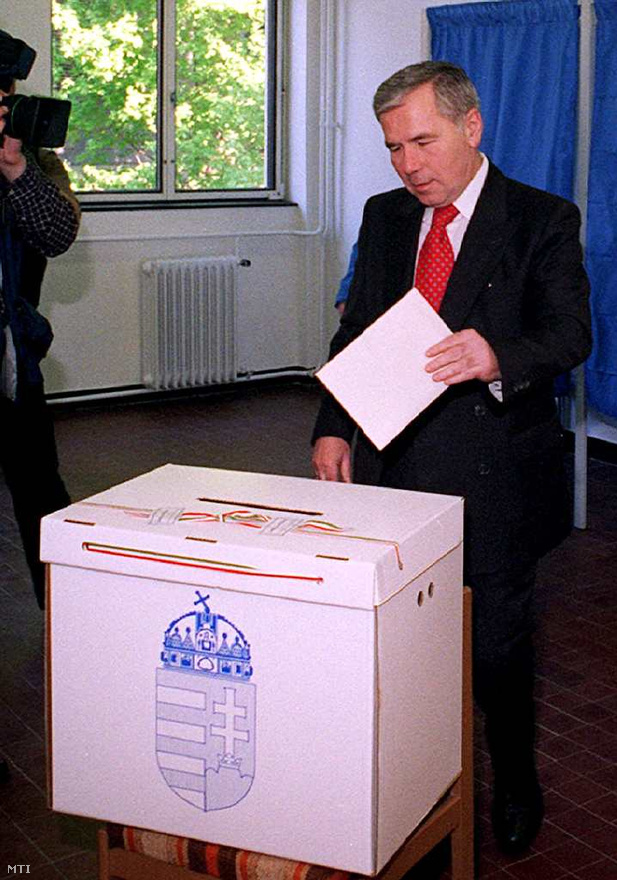 1998. május 10. - Horn kormányfőségének utolsó heteiben leadja szavazatát a XII. kerületben