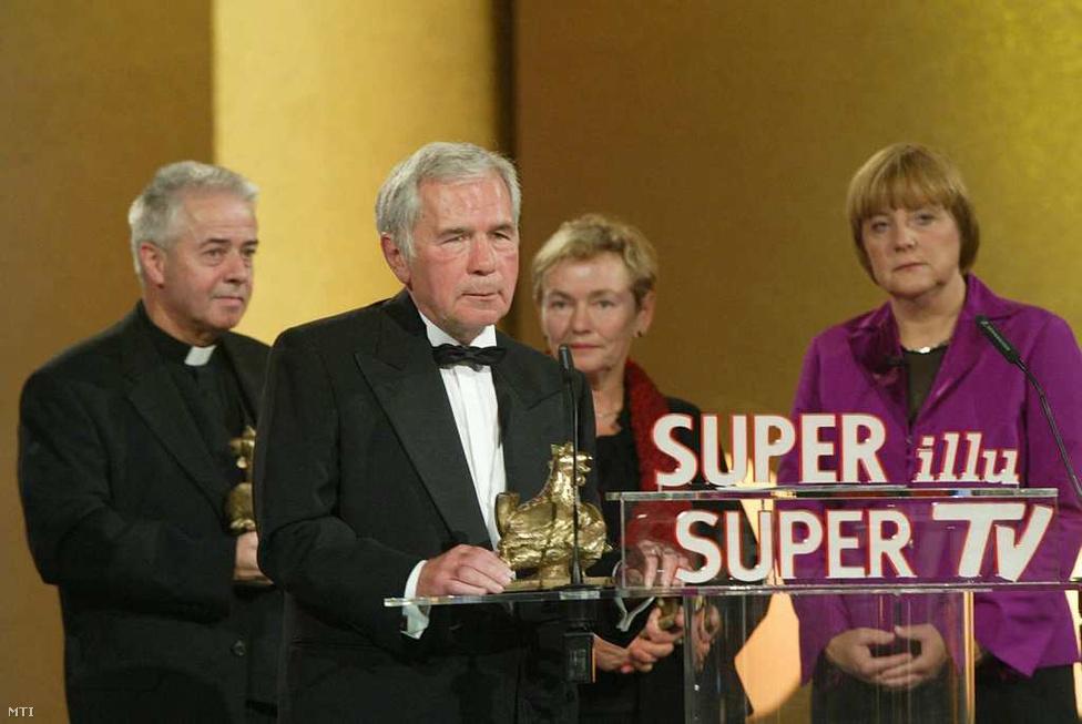 Berlin, 2004. szeptember 23. - Horn átveszi az Arany Jérce-díjat. a vasfüggöny megnyitása miatt kapott elismerést. A díjat a CDU akkori elnöke, Angela Merkel adja át