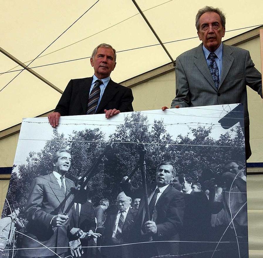 Fertőrákos, 2004. június 27. -  Horn és Alois Mock volt osztrák külügyminiszter azt az MTI-fotót tartja, amelyen a vasfüggöny - 15 évvel ezelőtti - lebontása látható