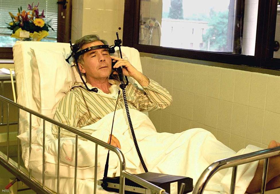 1994. május 10. - A miniszterelnök-jelölt Hornt a miskolci kórház intenzív osztályán ápolják. Konvojával súlyos, csigolyasérüléssel járó balesetet szenvedett