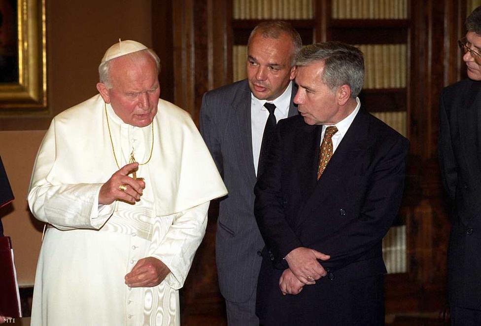 Vatikán, 1997. június 20. - II. János Pál pápa fogadja Horn Gyula miniszterelnököt a Vatikánban. Horn másodszor találkozott a pápával, az egyház és a magyar állam közötti finanszírozási megállapodást írták alá