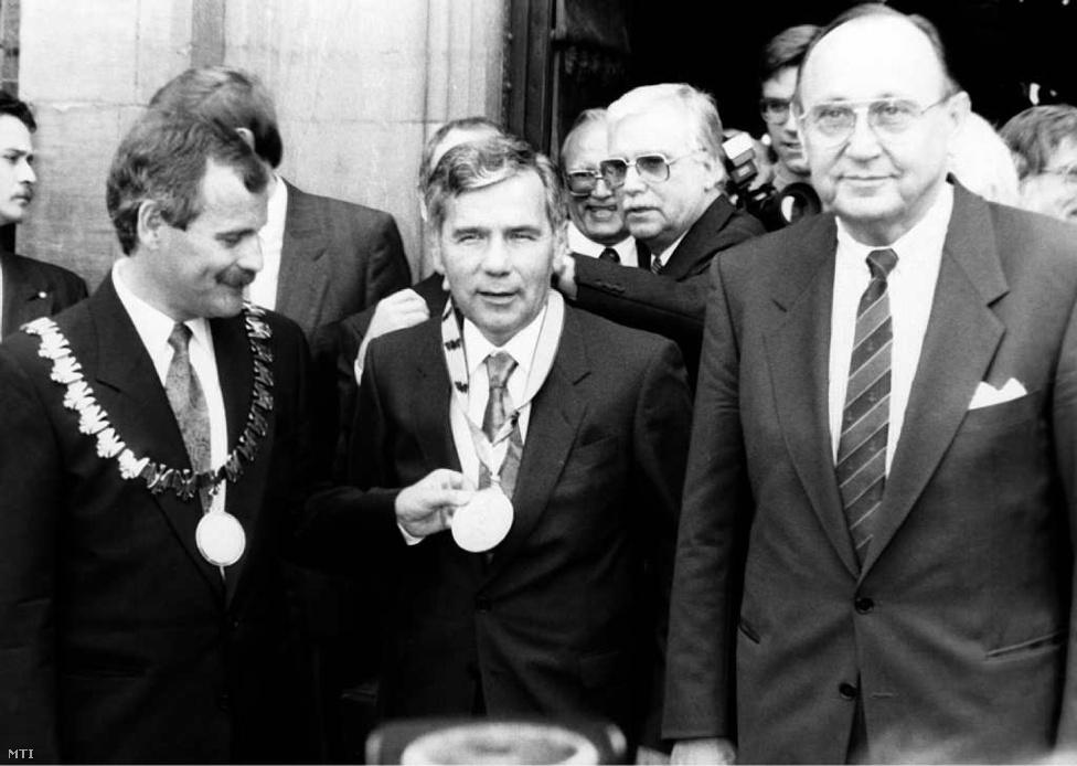 Aachen, 1990. június 6. - Horn Gyula Churchillel és Konrad Adenauerrel egy sorban: ő is megkapta a Károly-díjat. A képen pedig Genscher mellett az aacheni főpolgármester látható