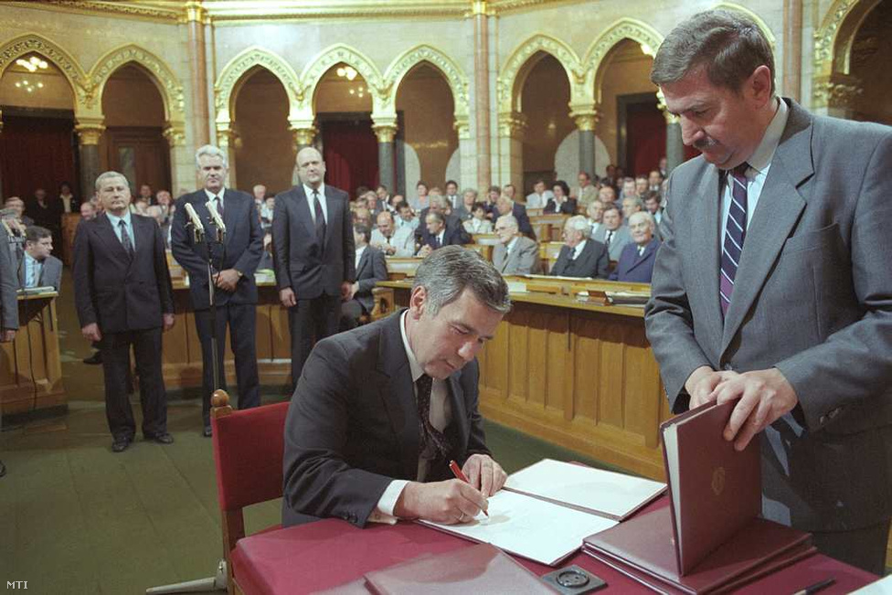 1989. május 10. -                          Parlamenti ülésszak kezdődik az ekkor még ritkán ülésező, súlytalan Országgyűlésben. A külügyminiszter Horn ez alkalomból okmányt ír alá.