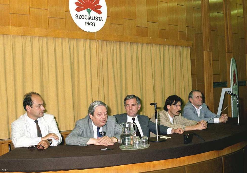 1990. május 27. - Bimbozó szegfűk: Horn Gyula elnöklésével második kongresszusáról tart nemzetközi sajtótájékoztatót a féléves MSZP, az MSZMP utóda. Jánosi György éppen alelnök, Vitányi Iván választmányi elnök