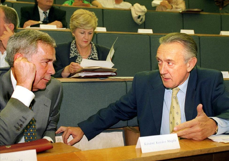 1998, tisztújítás: a választási bukás után Horn Gyula nem elnökölte tovább az MSZP-t, hat évre Kovács László ragadta magához a pártot.