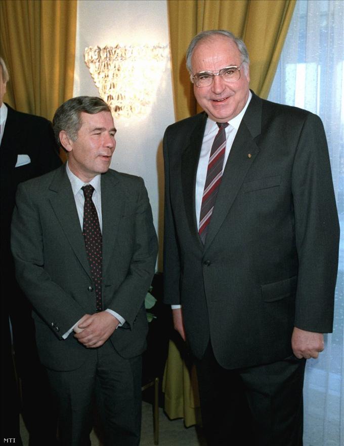 1989. december 18. Helmut Kohl, Horn Gyula külügyminiszterrel  a Parlamentben.