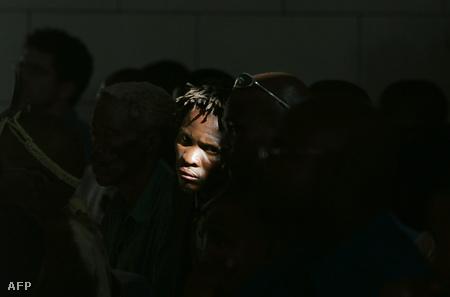 Busman nő hallgatja a bíróság 2006-os ítéletét a busman földek kisajítása ügyében (Fotó: Gianluigi Guercia)