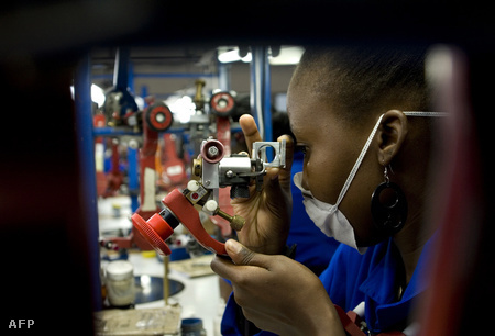 Gyémántcsiszoló munkás az indiai alapítású Shrenuj Botswana Pty Ltd gaborone-i üzemlben (Fotó: Monirul Bhuiyan)