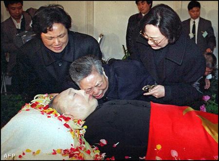 Özvegye siratja a kommunista vezetőt