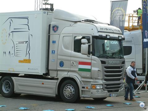 Magyar háttér: a fordított Z-nél használt kamion és a versenyzőnket felkészítő Scania-oktató, Pillár Gyula