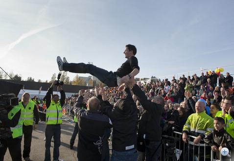Győztes a levegőben: a közönség ennél többre csak azt értékelte, mikor a döntő páros versenyeinek nyertesei – a gólöröm megfelelőjeként – két marékkal szórtak cukorkát a lelátóra