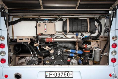 A Mercedes motor áll, ma már nem divat a fekvő motor