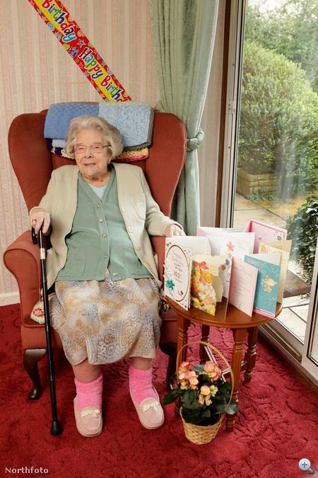 Gladys Gough a szobájában, születésnapi gratuláló képeslapokkal