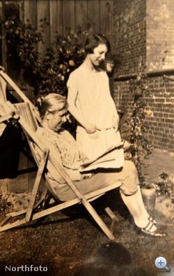 Erről a képről már nem lehet pontosan tudni, hogy mikor készült, de az biztos, hogy az álló nő Gladys Gough