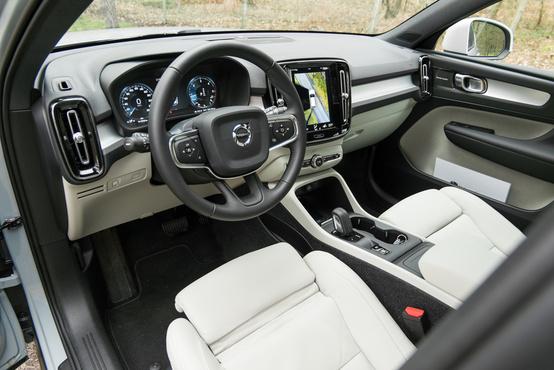 Szokásos új-Volvo-belsőtér kissé átfazonírozva: függőleges légrostélyok, kisebb tablet, egyedi betétek