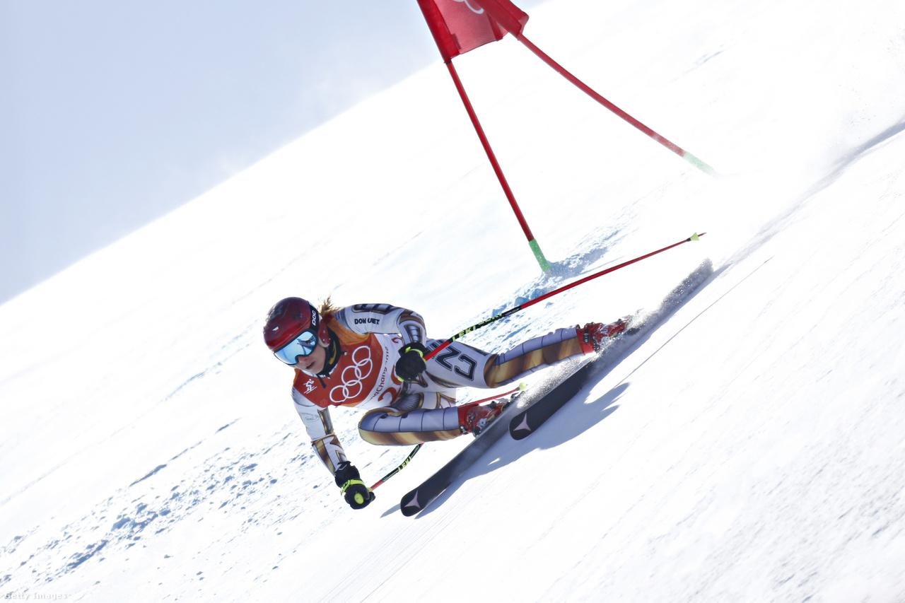 Többen is sporttörténelmet írtak, de közülük is kiemelkedik a 22 éves cseh Ester Ledecká. Először hatalmas meglepetésre a női szuperóriás-műlesiklásban legyőzte az összes esélyest, és egyetlen századmásodperccel előzte meg a Szocsiban bajnok Anna Veithet, ráadásul a futamtól visszalépő Mikaela Shiffrintől kapott kölcsönlécekkel. Utána pedig a fő számában, a snowboard párhuzamos óriásszlalomban is győzni tudott. Ő az első és egyetlen, akinek egy téli olimpia alatt két ennyire eltérő sportban sikerült ez a bravúr.