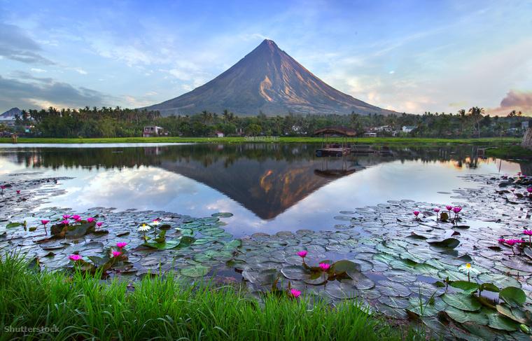Vagy a Mayon vulkán, ami most januárban tört ki füstfelhővel és lávával borítva a lábánál fekvő falvakat, ezeket előzőleg már szerencsére evakuálták.