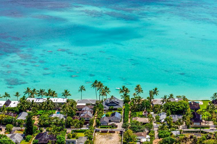 És hogy a pingvineknél maradjunk, a Vigyázz, kész, szörf! Cody Maverikje is itt indult el élete első szörfversenyénOahu szigetén, ahol Hawaii fővárosa, Honolulu és a híres Waikiki strand is található.