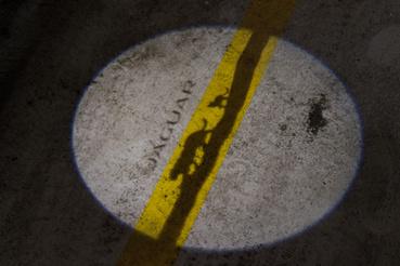 Egész közelről meg ilyen. A sárga csík a parkolóház felfestése