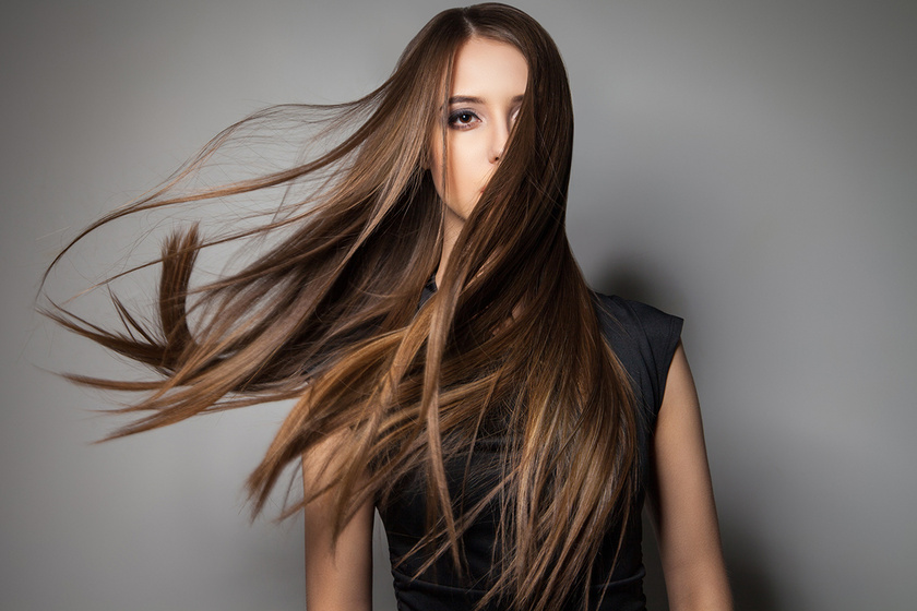 Fényes és dús lesz, ha így egyenesíted ki a hullámos hajat