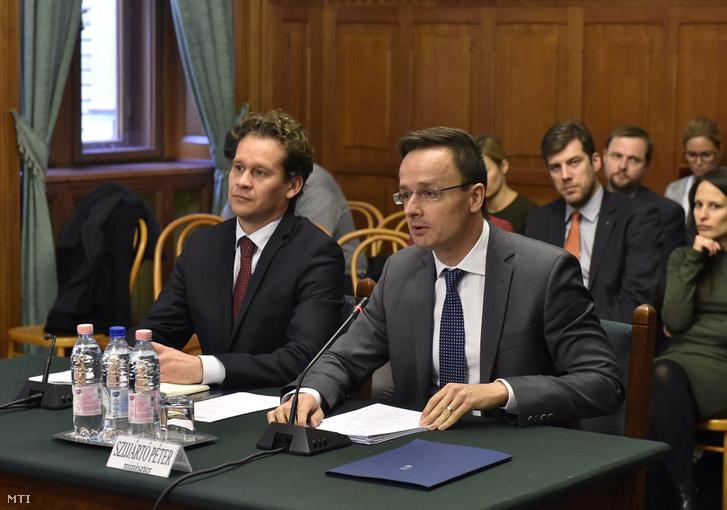 Szijjártó Péter külgazdasági és külügyminiszter és Altusz Kristóf a Külgazdasági és Külügyminisztérium európai és amerikai kapcsolatokért felelős helyettes államtitkár az Országgyűlés nemzeti összetartozás bizottságának ülésén 2016. november 15-én