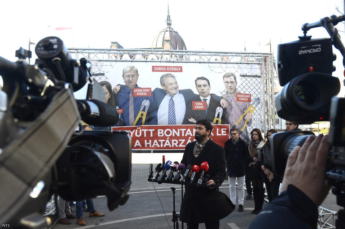 Hidvéghi Balázs, a Fidesz kommunikációs igazgatója sajtótájékoztatót tart Budapesten az Alkotmány utcában 2018. január 30-án