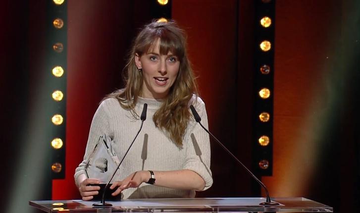 Bucsi Réka átveszi az Audi Short Film Awardot a 2018-as Berlinalén.